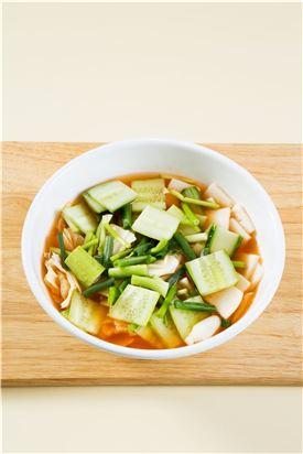 4. 절인 오이와 배추 잎, 무에 마늘채와 생강채를 넣어 섞은 다음 김치 국물을 붓고 미나리와 실파를 넣는다.