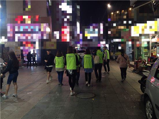 금천청소년쉼터 활동가들이 신림역 주변 유흥가에서 놀고있는 청소년을 찾기 위해 순찰을 돌고 있다.