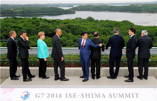 ▲26일 이세시마에서 열린 G7 정상회담에 참석한 각국 정상들이 경치를 감상하고 있다. 왼쪽부터 도날드 투스크 EU 정상회의 상임의장, 마테오 렌치 이탈리아 총리, 앙겔라 메르켈 독일 총리, 버락 오바마 미국 대통령, 아베 신조 일본 총리, 프랑수아 올랑드 프랑스 대통령, 쥐스탱 트뤼도 캐나다 총리, 장 클라우드 융커 유럽연합(EU) 집행위원장. (AP = 연합뉴스)