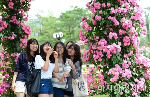 [포토]장미꽃 사이 웃음 띤 소녀들