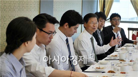 천정배 국민의당 공동대표는 27일 국민의당 청년위원들과의 간담회를 갖고 청년들의 고민과 청년정치의 현주소에 대해서 이야기를 나누었다.