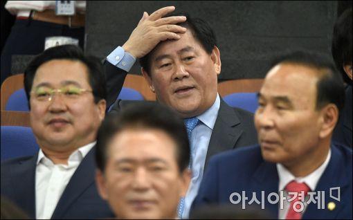 최경환 새누리당 의원(가운데)