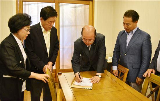 전남 여수시의회 무소속 김행기 의원(여서·문수동)이 30일 국민의당에 입당했다. 사진은 김 의원이 국민의당 입당서에 서명하고 있는 모습.