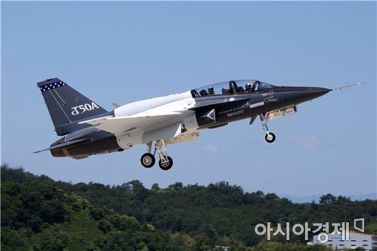 미국 수출을 겨냥해 T-50을 기반으로 개발 중인국산 고등훈련기(T-50A)가 지난 2일 첫 비행시험에 성공했다. (사진제공=한국항공우주사업)