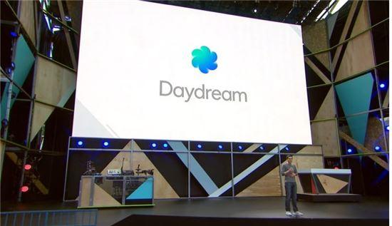 구글 I/O에서 데이드림을 소개하는 장면(사진=더버지)