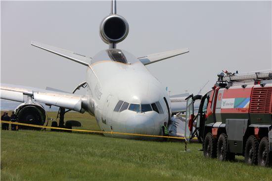 지난 6일 밤 인천공항에서 이륙하려다 활주로를 이탈한 UPS 소속 5X61편 화물기 인근에서 항공기사고수습본부 관계자들이 수습 작업을 하고 있다.