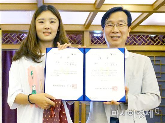장런이(스페인어학과 2년, 왼쪽) 양이 '제가 한국어를 공부하는 이유'라는 주제로 발표해 대상의 영예를 안았다.