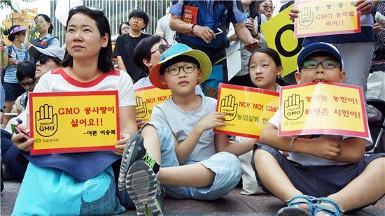 ▲학부모와 어린이들이 몬산토코리아 앞에서 GMO 반대집회를 하고 있다.[사진제공=한살림]