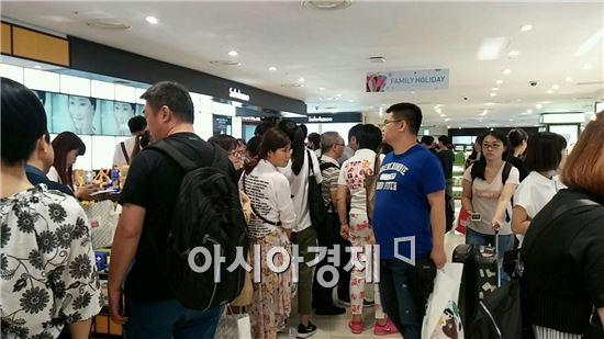 롯데면세점 명동점에서 중국인 관광객들이 쇼핑을 하고있다.