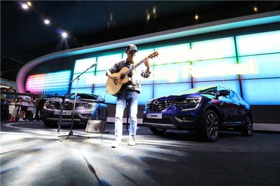 르노삼성이 이번 부산모터쇼에서 처음 선보인 QM6 앞에서 핑거재웅이 공연 중이다.