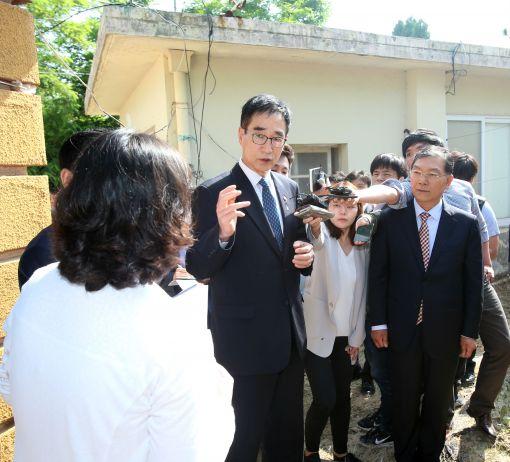이준식 사회부총리 겸 교육부 장관이 9일 전남 신안군 임자도를 찾아 도서지역 학교 관사 시설을 둘러보고 있다.
