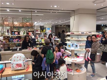 백화점 아동용품 매장에서 물건을 쇼핑하고 있는 모습.