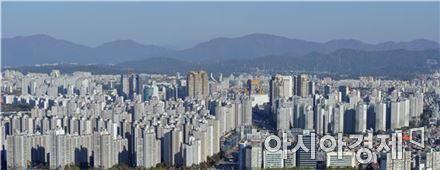 정부의 중도금 대출 규제 도입 가능성에 그렉시트 등 금융시장 악재까지 더해지면서 하반기 부동산 시장에 그림자가 짙게 드리워지고 있다. 서울시내 아파트단지 모습.