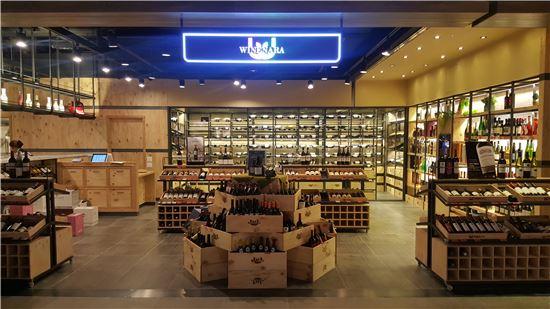 [공간의 진화, 業의 변신]'레스토랑·창고'로 진화하는 와인 판매점
