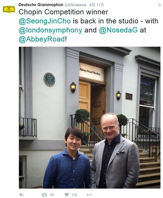 영국 런던 애비로드 스튜디오 앞에 선 조성진과 지휘자 노세다(사진=도이치그라모폰 트위터 캡처)