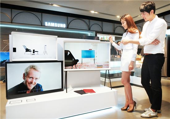 삼성전자 모델들이 13일 신세계백화점 강남점 삼성전자 매장에서 '세리프 TV'를 소개하고 있다.