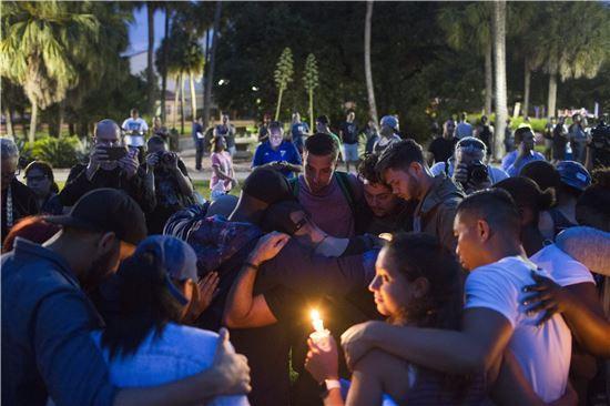 총격 사건이 벌어진 올랜도에서 희생자들을 위한 촛불 추모 집회가 열리고 있다. (EPA 연합뉴스)