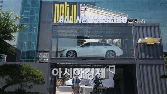 지난달 말 한 자동차 회사가 공개공지(公開空地)인 서울 강남 코엑스광장 곳곳에 판촉 행사를 위한 불법 시설물을 설치해 시민들이 불편을 겪었다. 사진제공=위례시민연대
