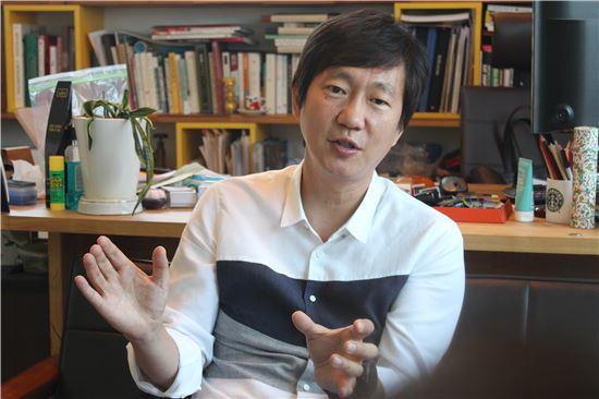 ▲신창균 대표가 역삼동 사무실에서 상장 후 계획을 설명하고 있다.
