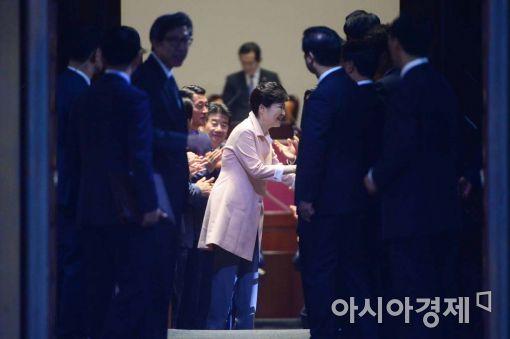[포토]의원들과 인사 나누는 박근혜 대통령