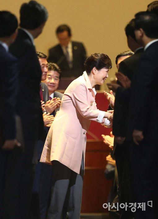 [포토]박수 받으며 퇴장하는 박근혜 대통령