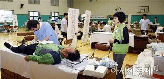 전남대학교병원(병원장 윤택림)이 지난 11일 신안 증도에서 펼쳤던 사랑나눔의료봉사를 주민들의 호응 속에 성황리에 마쳤다.