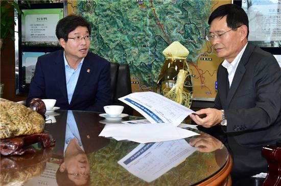 염태영 수원시장(왼쪽)이 박동철 금산군수를 만나 정부의 지방재정개편안 부당성을 설명하고 있다.