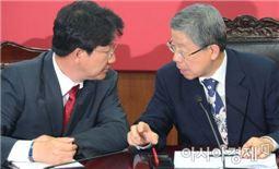 김희옥 새누리당 혁신비대위원장(오른쪽)과 권성동 사무총장