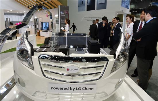 일산 킨텍스에서 열린 에너지대전서 세계 최고 기술력을 자랑하는 LG화학의 전기차용 배터리가 탑재된 전기차 모형을 관람객에게 소개하고 있다.