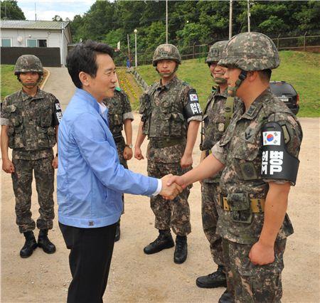 남경필 경기지사가 군부대를 방문, 군 관계자와 악수하고 있다.