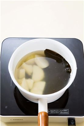 3. 감자는 껍질을 벗기고 냄비에 넣고 물 10컵과 다시마를 넣고 감자가 으깨질 때까지 삶는다.