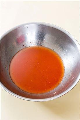 4. 감자를 으깨고 물을 식힌 다음 고춧가루와 다진 마늘, 다진 생강, 소금을 넣어 간을 맞춘다.