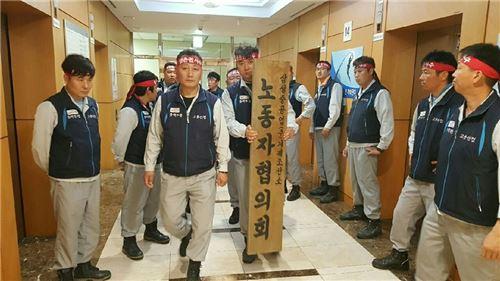▲변성준 삼성중공업 노협 위원장이 15일 구조조정안에 반대하는 항의서한을 전달하기 위해 박대영 사장 사무실을 찾아가고 있다.