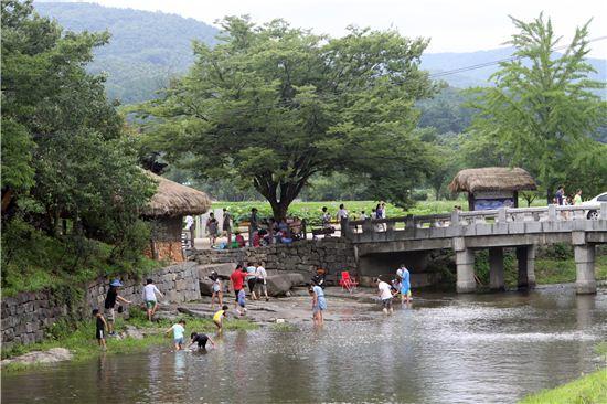 충청 지방의 전통적인 살림집 모습을 잘 간직한 외암민속마을. 마을 입구에는 관광객들을 유혹하는 내가 흐른다.