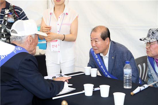 박홍섭 마포구청장이 '2016년 호국보훈땡큐퍼레이드' 행사에 참석, 참가자와 대화를 나누고 있다.