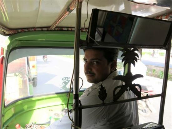 릭쇼(Rickshaw)의 운전자 (출처 : 로이터 통신)