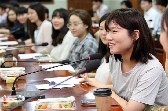 경기도 행정인턴에 참여한 대학생이 오리엔테이션에서 이야기를 하고 있다.