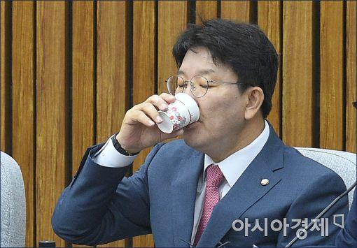[포토]권선동 사무총장, '속타네'