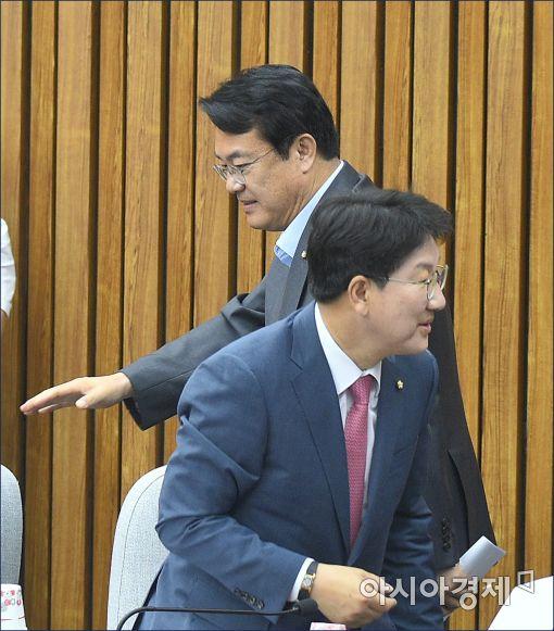[포토]회의 참석하는 정진석·권선동