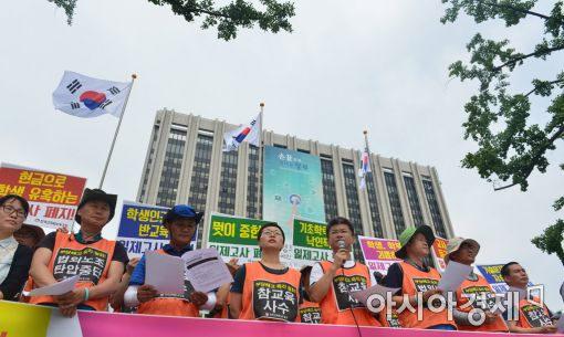 [포토]청사 앞, 기자회견하는 전교조