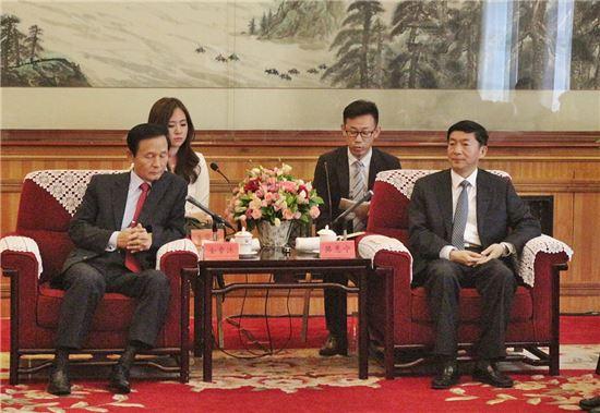 김장주 주중 한국대사(왼쪽)가 20일(현지시간) 중국 칭하이성 시닝시에서 뤄후이닝 칭하이성 당서기와 면담하고 있다.