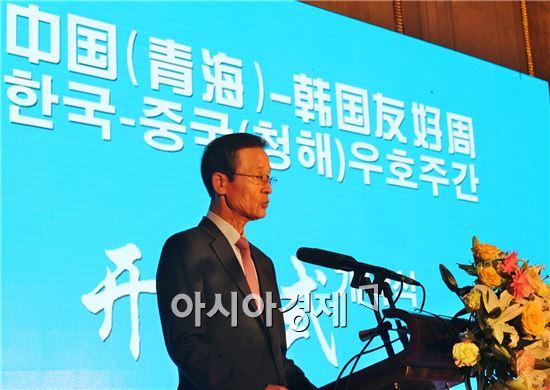 김장수 주중 한국대사가 21일(현지시간) 중국 칭하이성 시닝시에서 열린 한중 우호주간 행사 개막식 축사를 하고 있다.