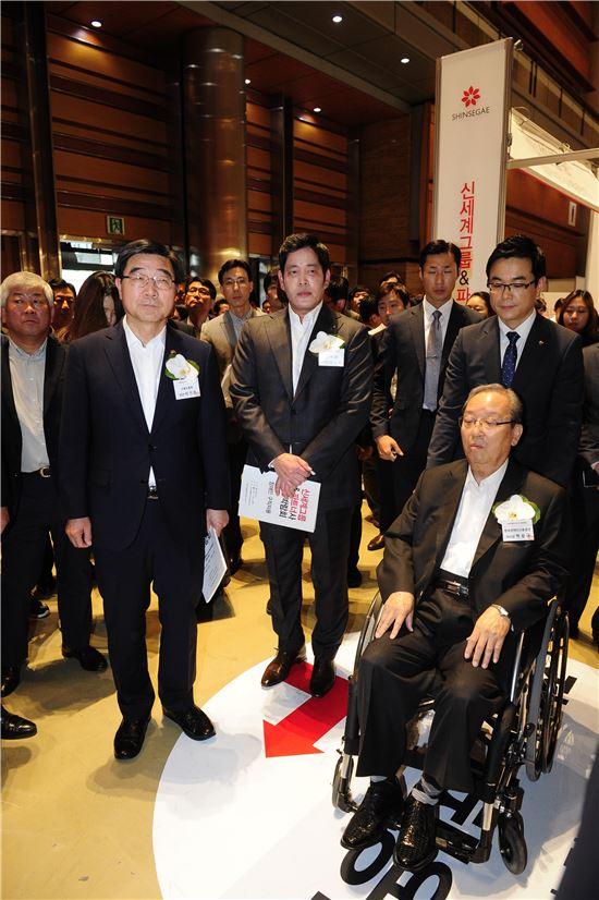 정용진 신세계 부회장(가운데), 이기권 고용노동부 장관, 박승규 한국장애인고용공단 이사장등 주요 참석자들이 신세계 상생채용박람회 부스를 돌아보고 있다.
