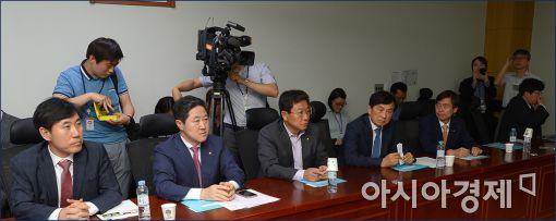 [포토]긴급회의 갖는 새누리 부산지역의원들