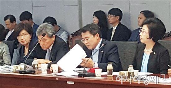 국민의당 최경환 원내기획부대표가  21일 국회에서 열린 국민의당 원내대책회의에서 박승춘 보훈처장 퇴출 을 촉구했다.