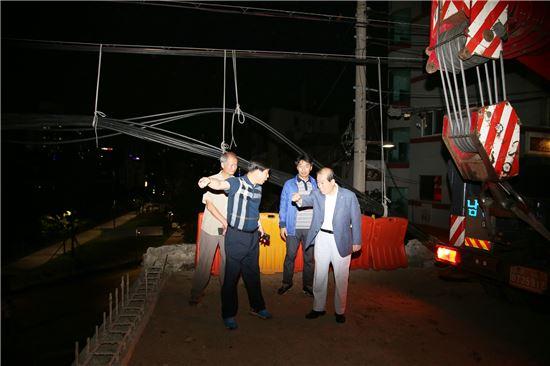 박홍섭 마포구청장(오른쪽 맨끝)이 20일 오후 11시 와우교 거더 설치 현장을 찾았다.