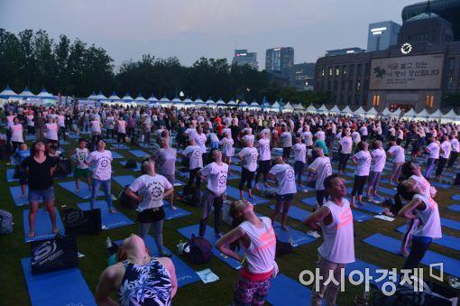 [포토]서울광장, '요가 축제'