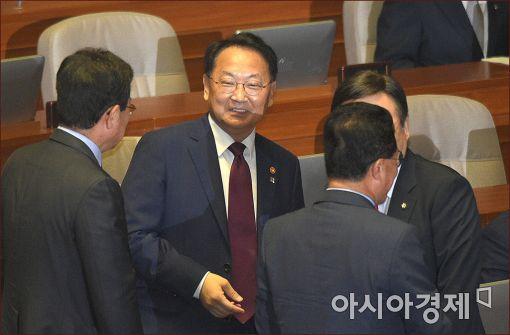 [포토]본회의 출석한 유일호 부총리