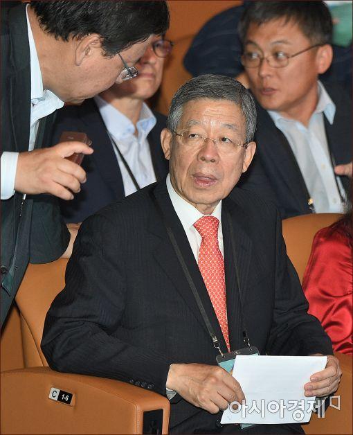 [포토]보고 받는 김희옥 혁신비대위원장