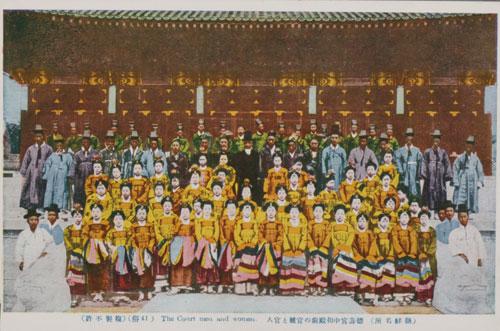 대한제국 시절 궁중연회를 마치고 기념사진을 촬영한 관기(官妓)들의 모습. 사진 = 국립민속박물관